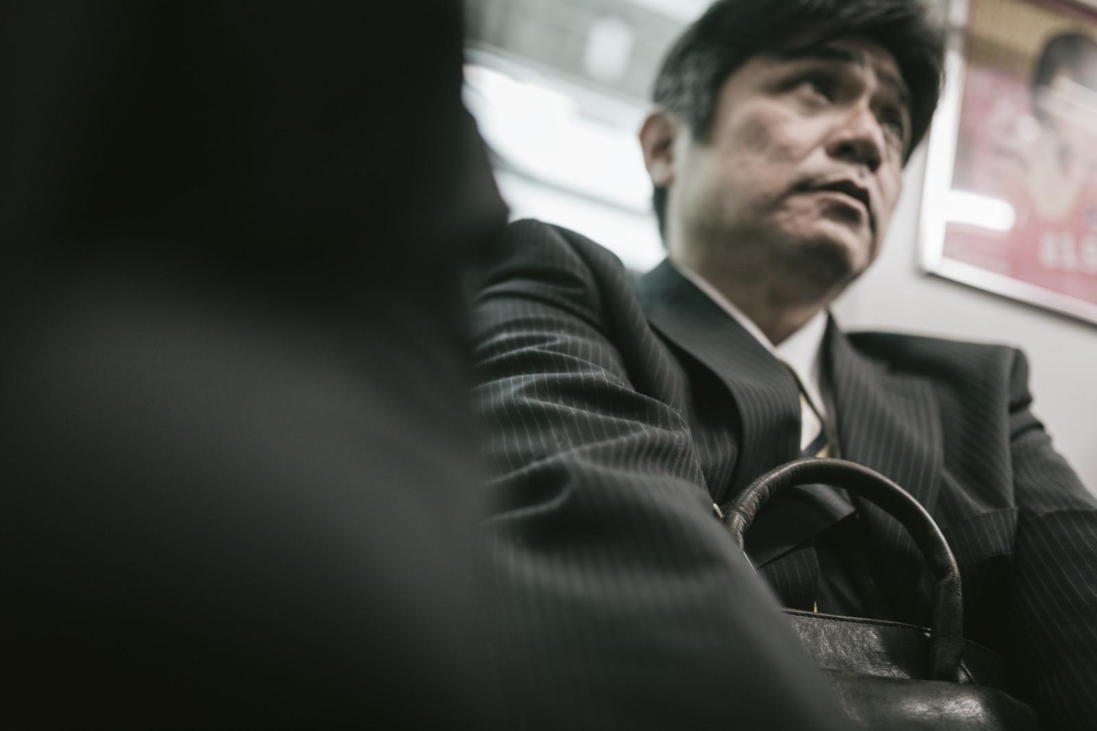 満員電車で肩身が狭い男性