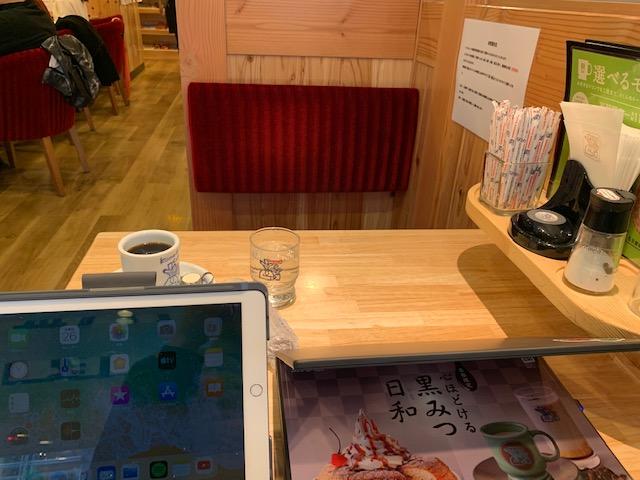 コメダ珈琲の二人用テーブル席