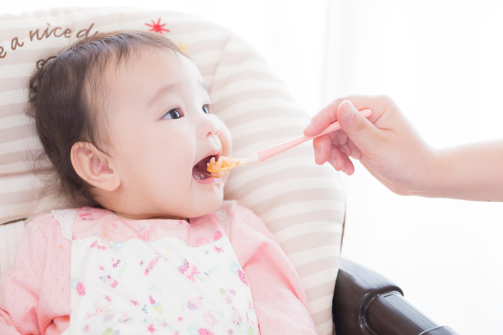 食事中の赤ちゃん