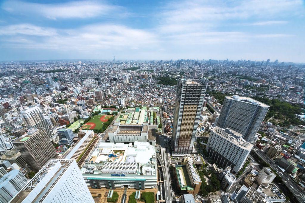 高層ビルから都会を一望