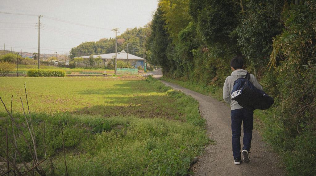 田舎に帰省する若者