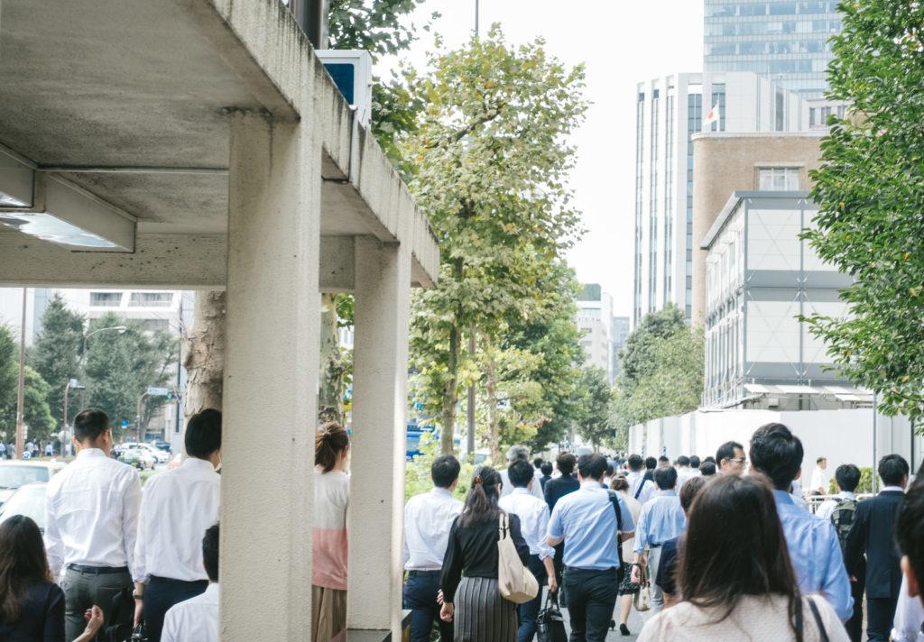 都会の朝の通勤ラッシュ