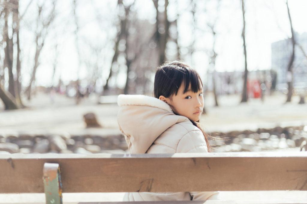 ベンチで振り向く女の子
