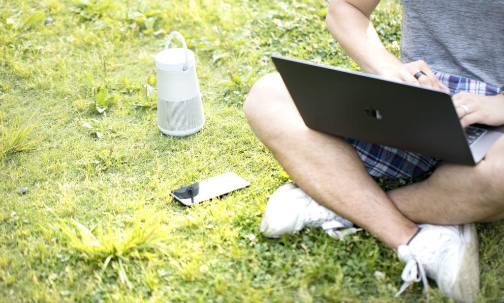 外でパソコン作業する男性