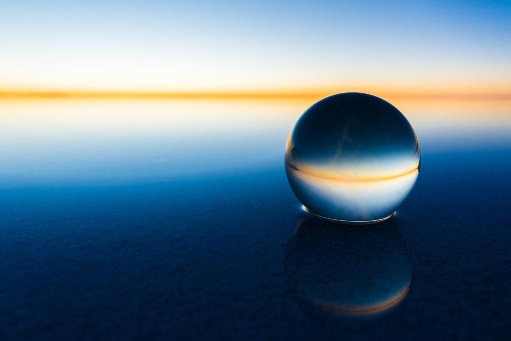 水面に浮かぶ球体