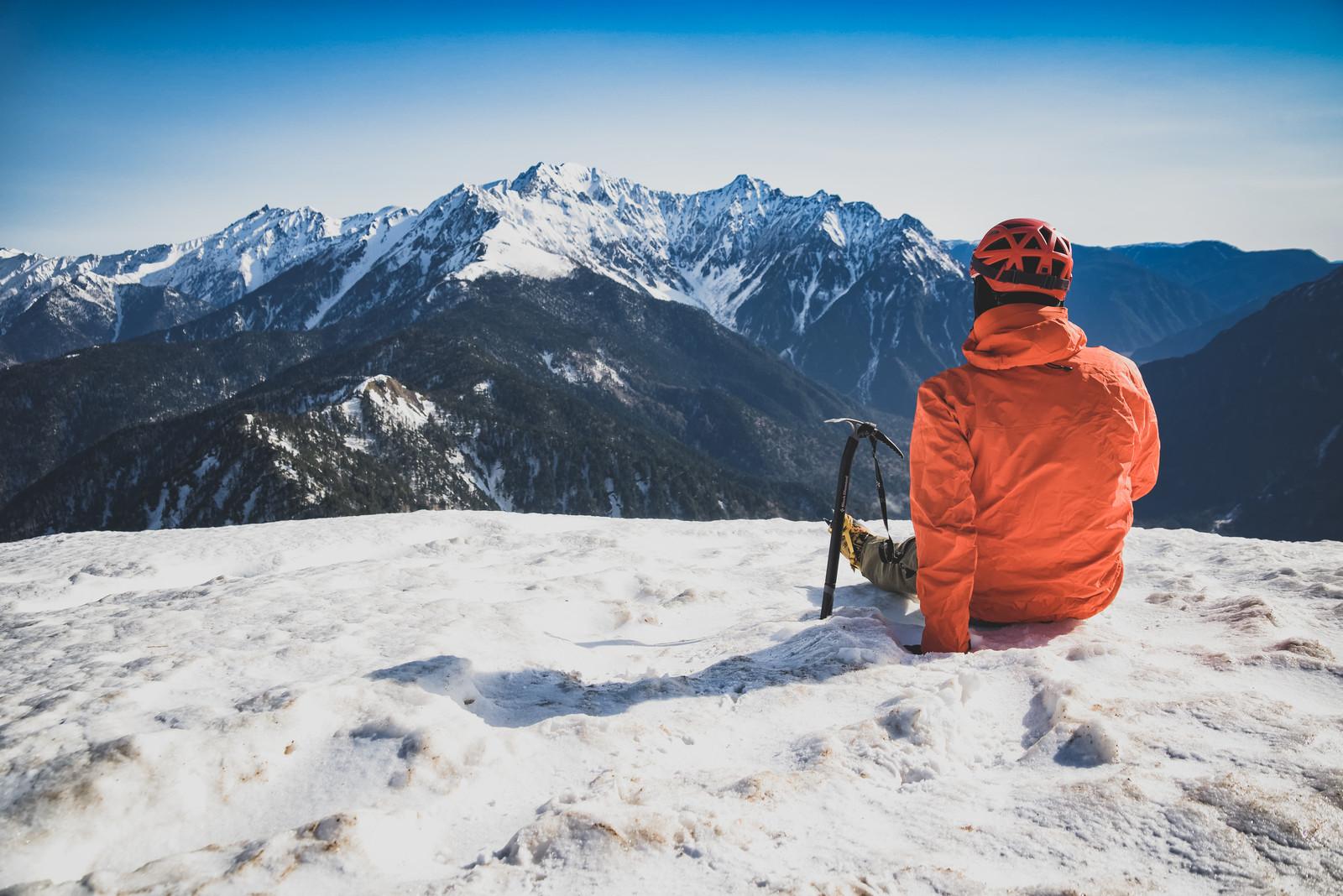 雪山で休憩する男性
