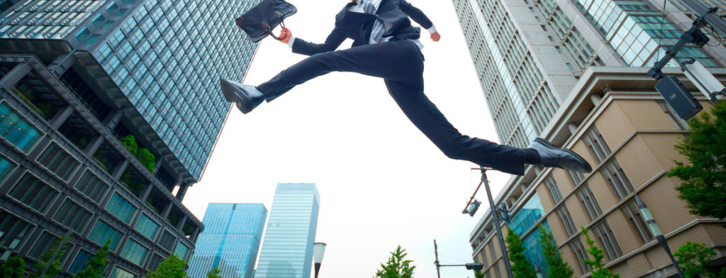 ジャンプするサラリーマン