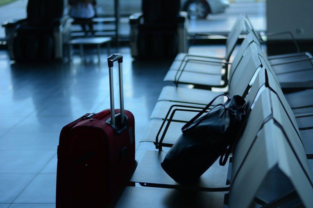 空港にキャリーバッグ