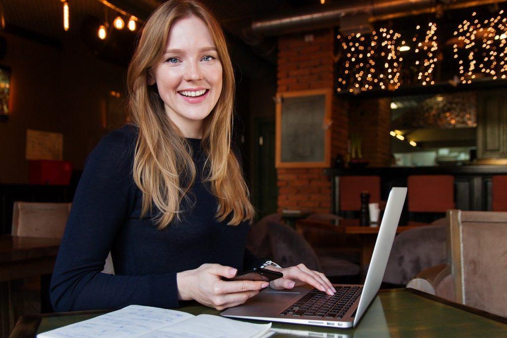 パソコン作業する笑顔の女性