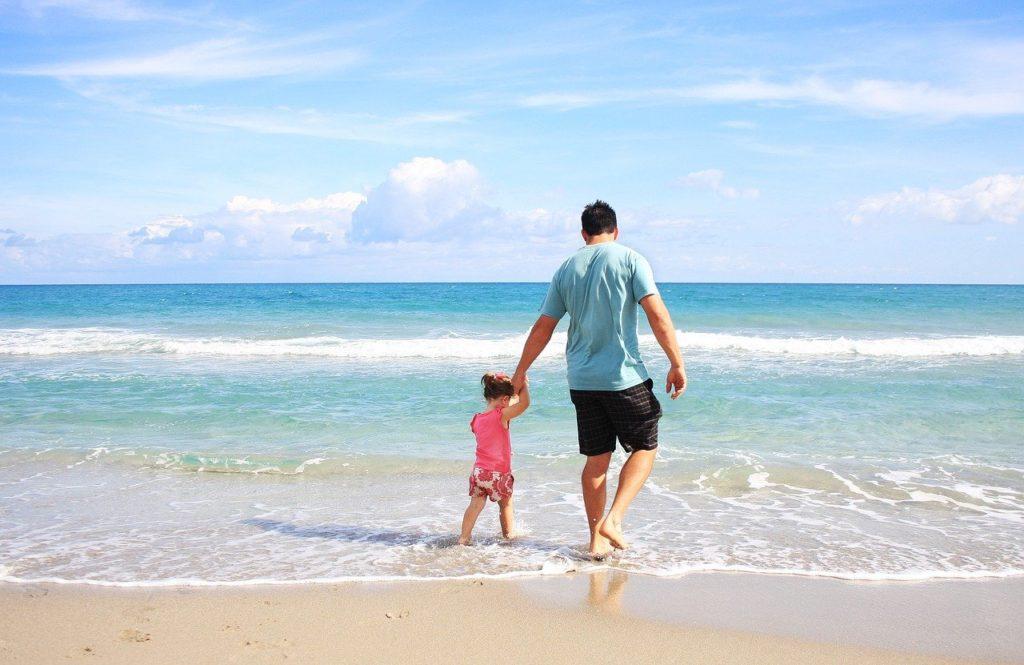 海で遊ぶパパと娘