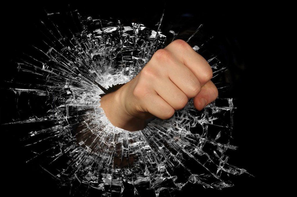 ガラスを突き破る拳