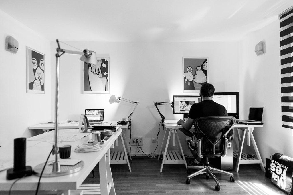 部屋でパソコン作業する男性
