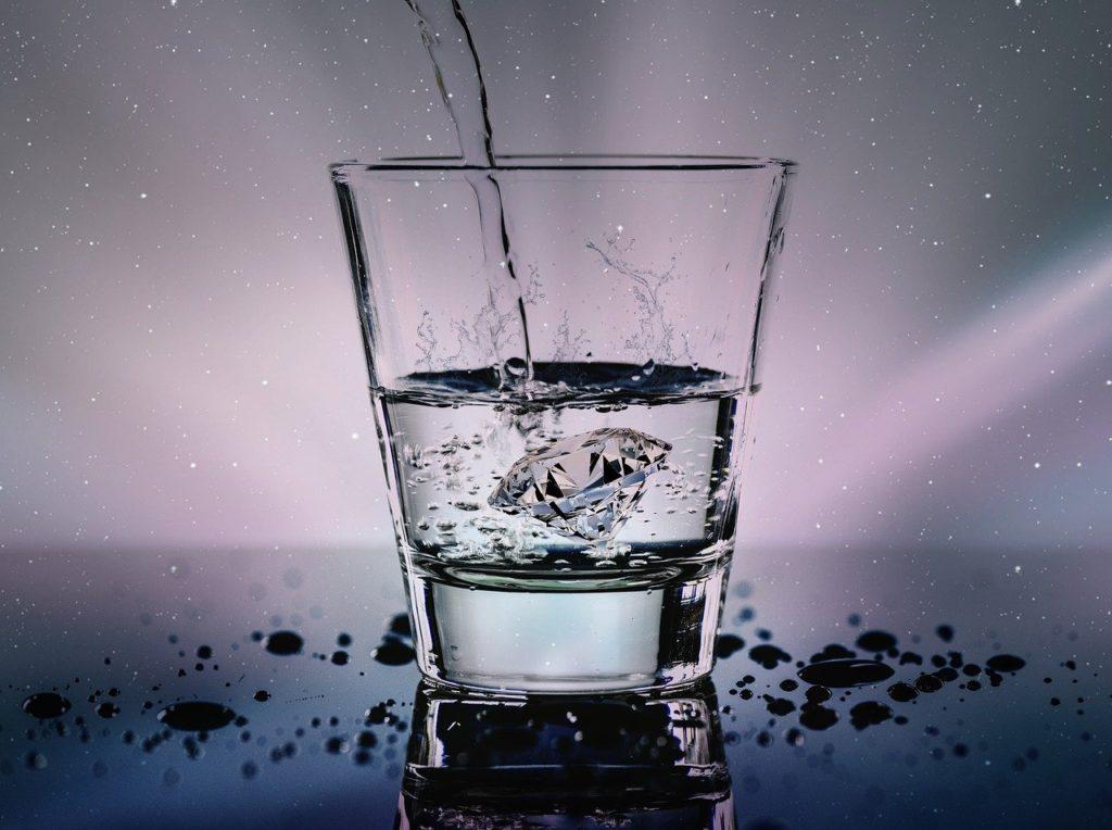 グラスにダイヤモンドと注がれる水