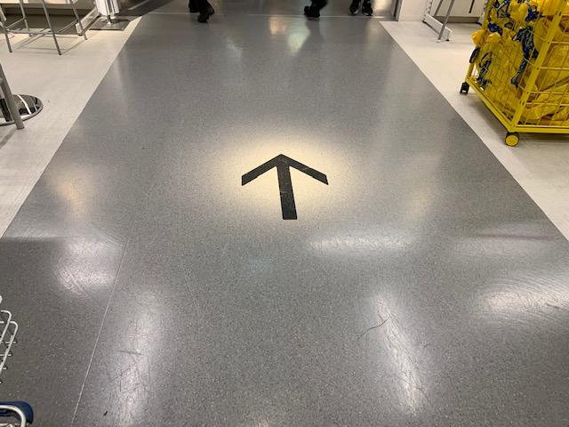 イケア店内の順路を示す床印