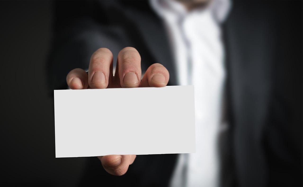 白紙の名刺を持った男性