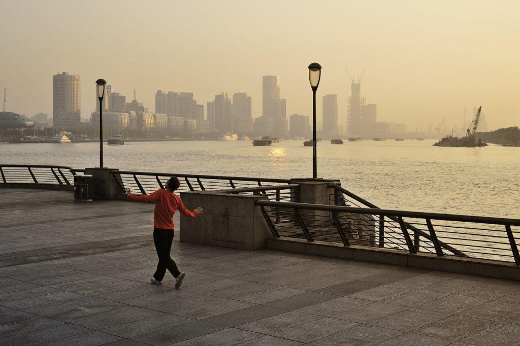 港で開放的にステップを踏む男性