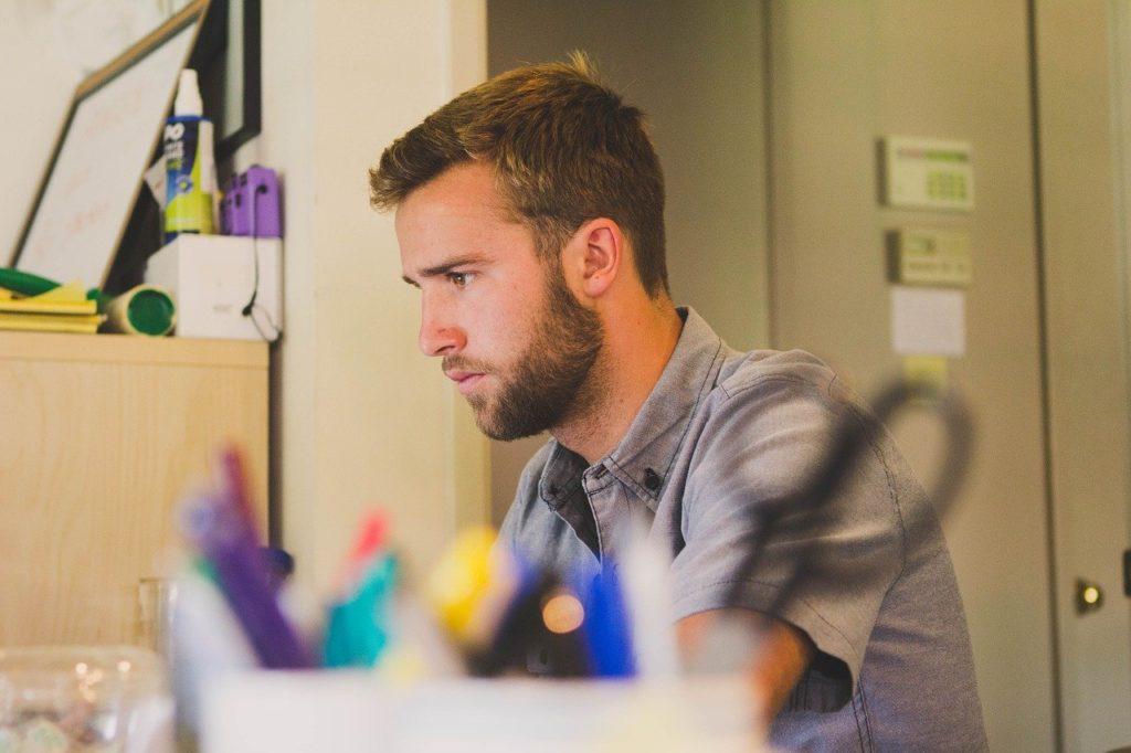 仕事に集中する男性