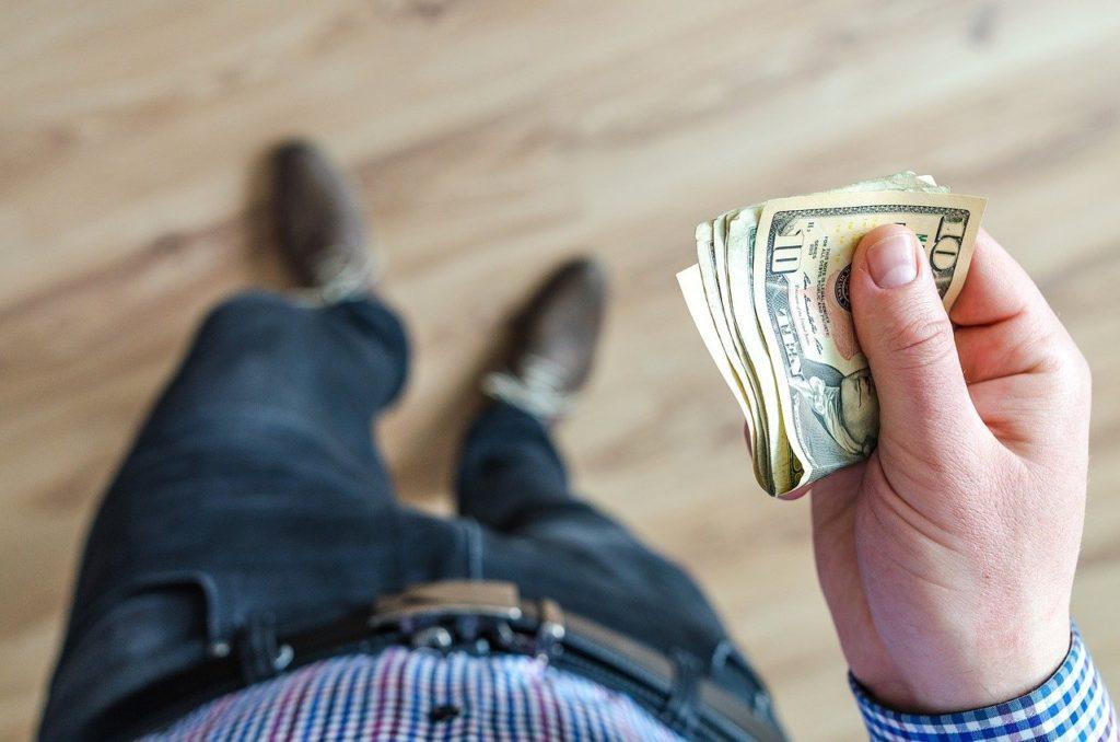 お金を借りる男性