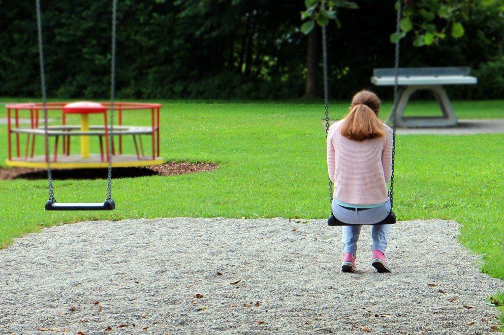 公園でひとりぼっちな女性