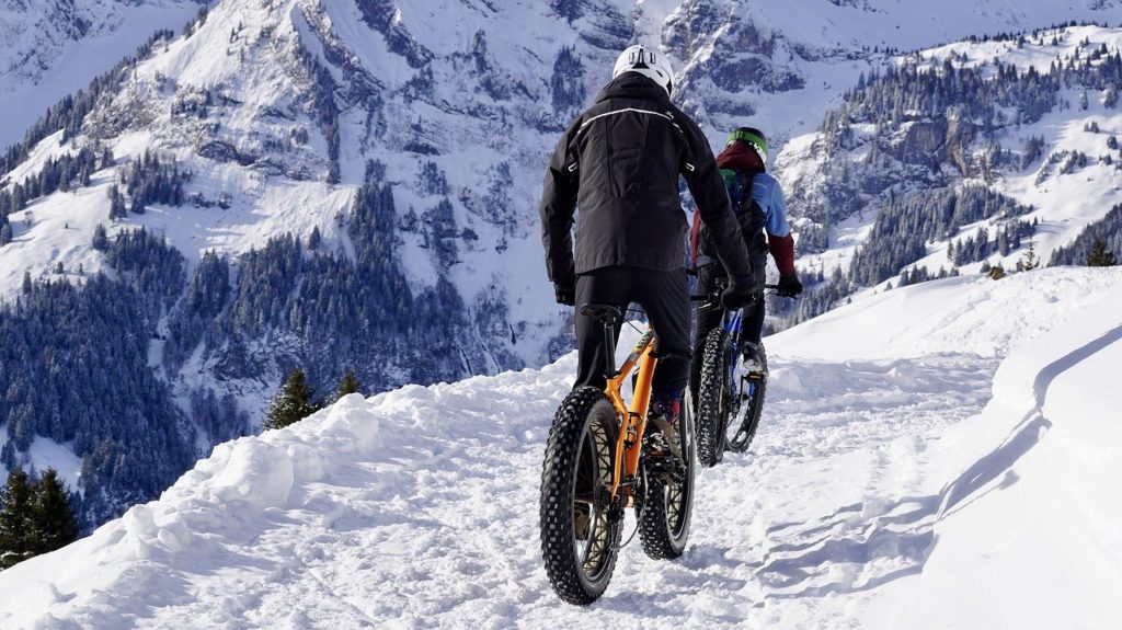 雪道をマウンテンバイクで走る