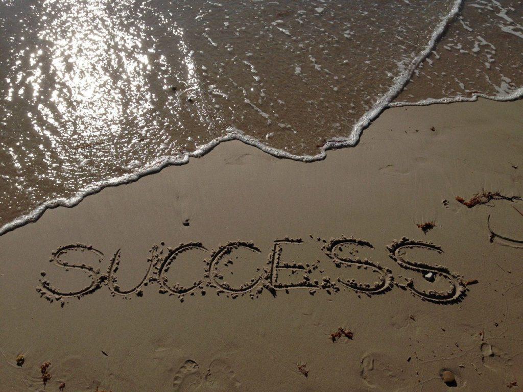 砂浜に書いた「success」の文字