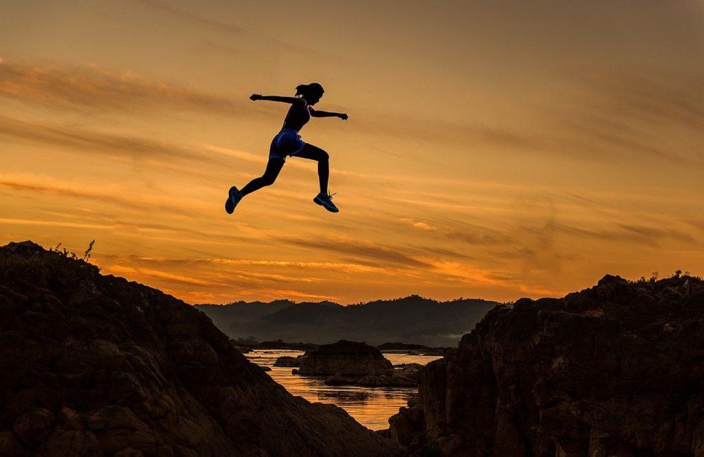 大ジャンプする女性
