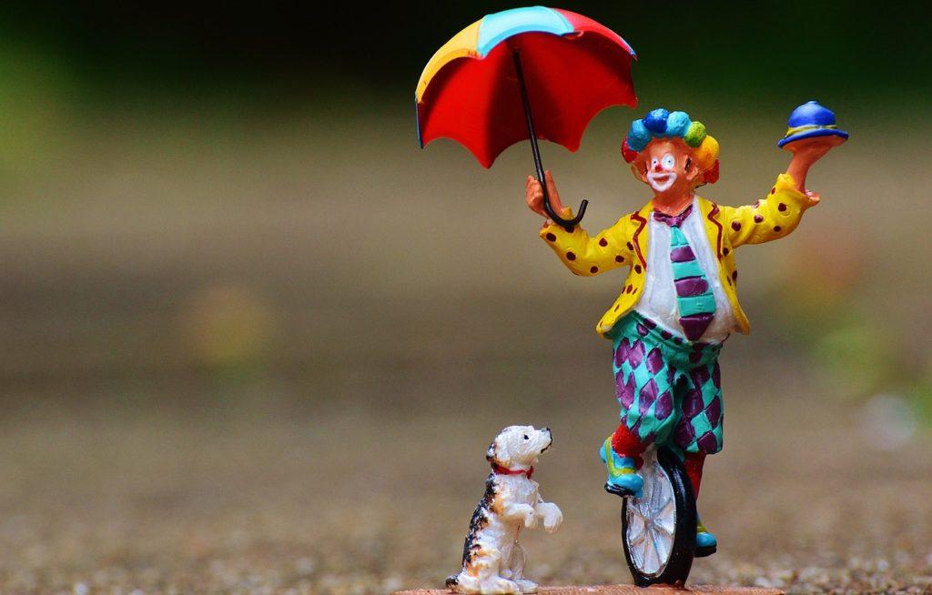 傘をさすピエロ