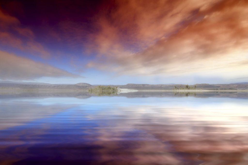 湖に空が映りこんでいる