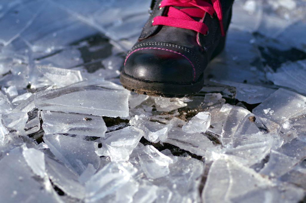 靴でガラスのような氷を踏む
