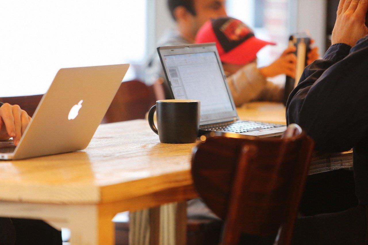 カフェでパソコン作業する人たち