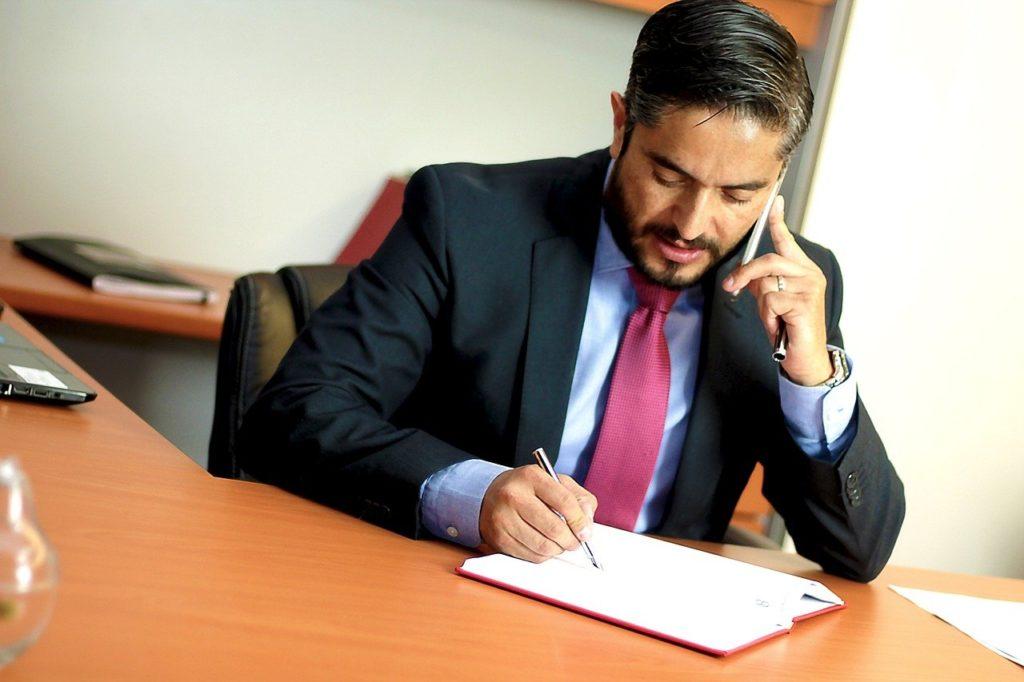 事務所で電話するビジネスマン