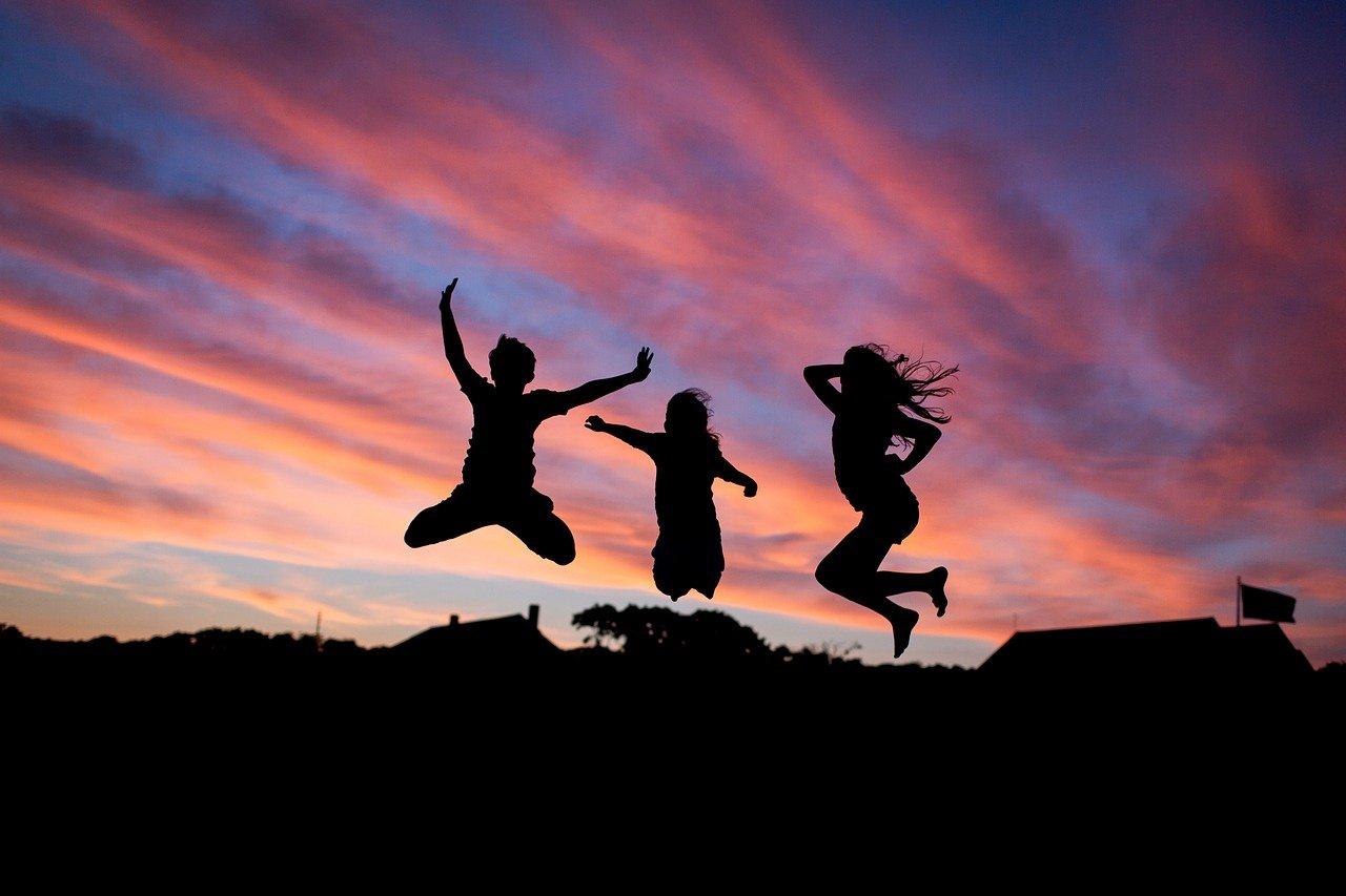 夕日を背にジャンプ