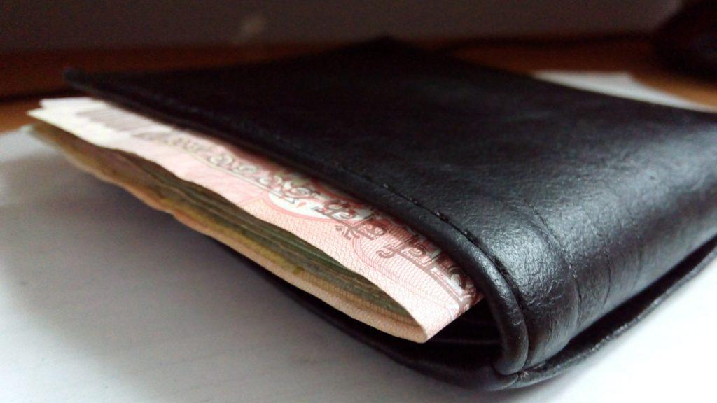 財布からお札がはみ出している