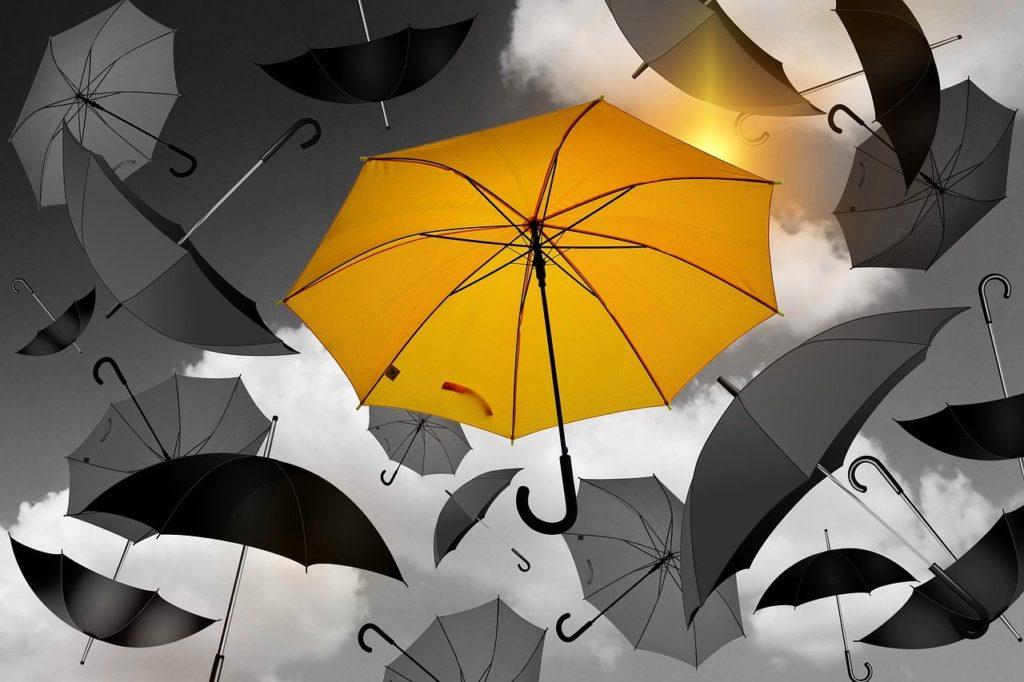 一本の傘だけ色付き