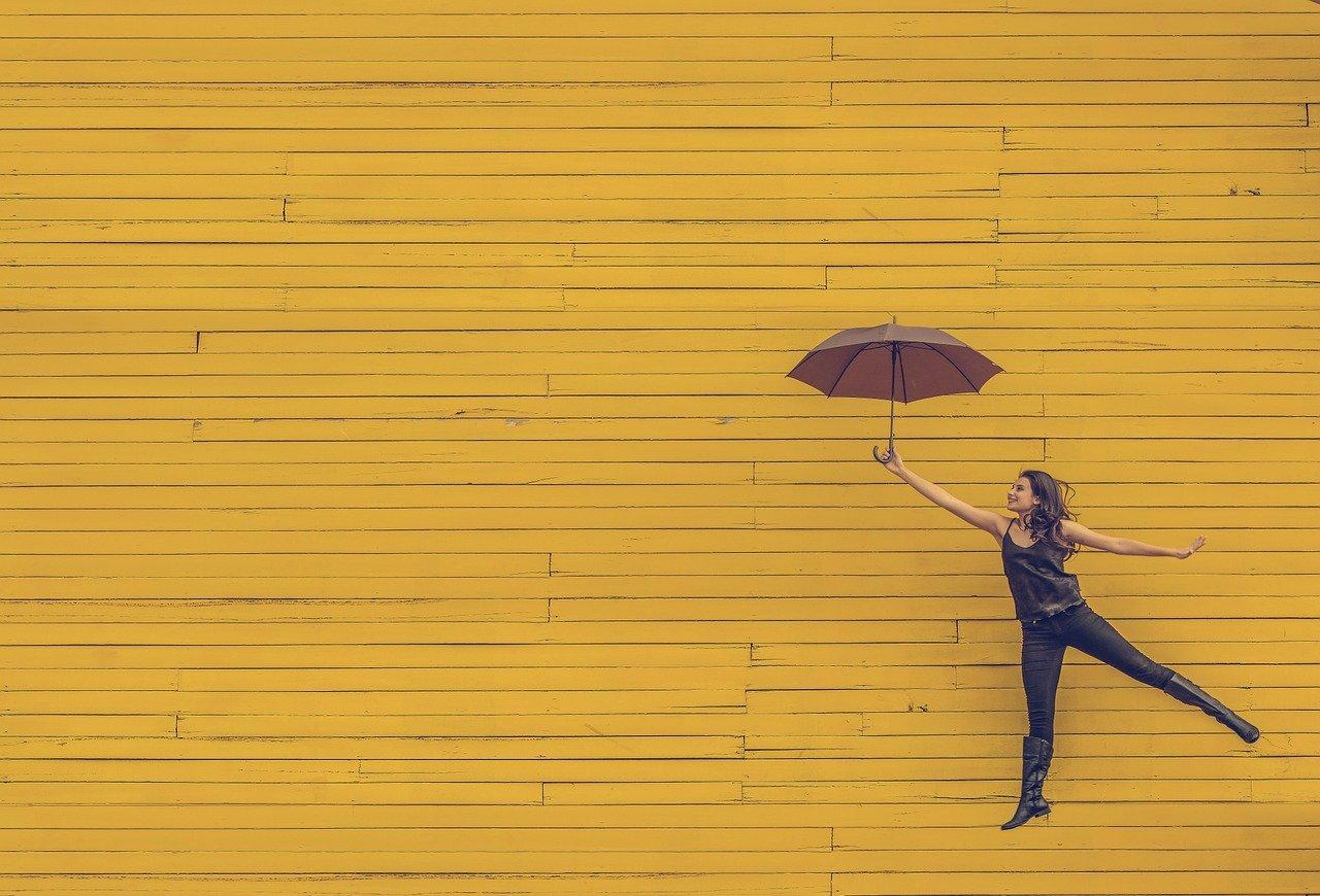 傘を持って踊る女性
