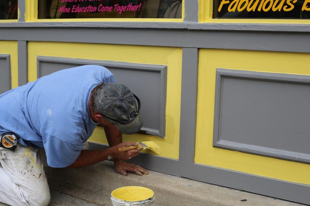 ペンキを塗る男性