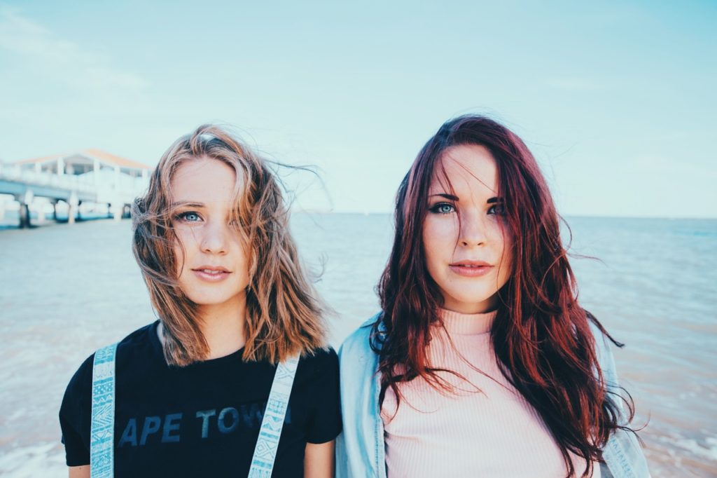 海を背にした二人の若い女性