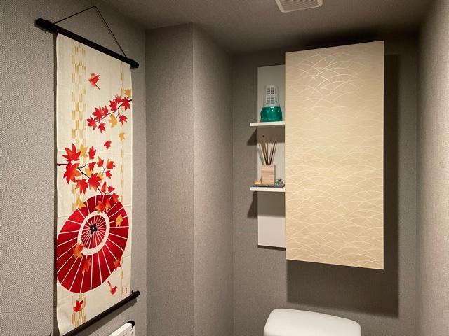 トイレに手ぬぐいとふすま紙で和空間を演出