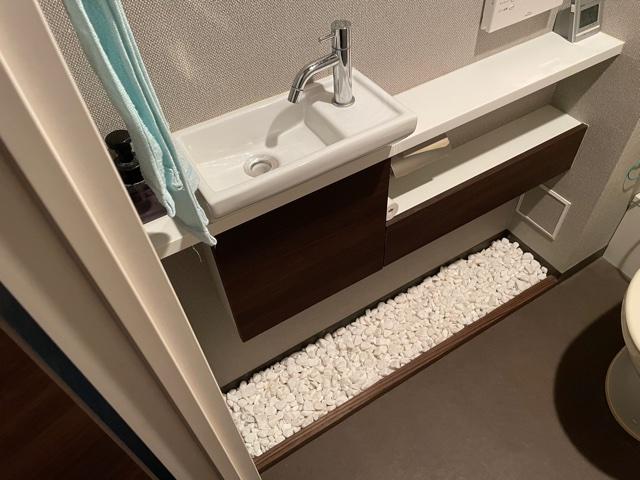 トイレの床に玉砂利