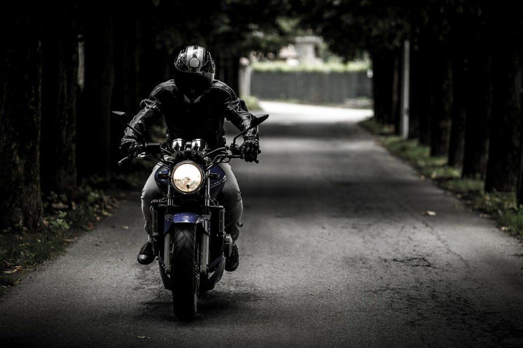 バイクで公道を走る