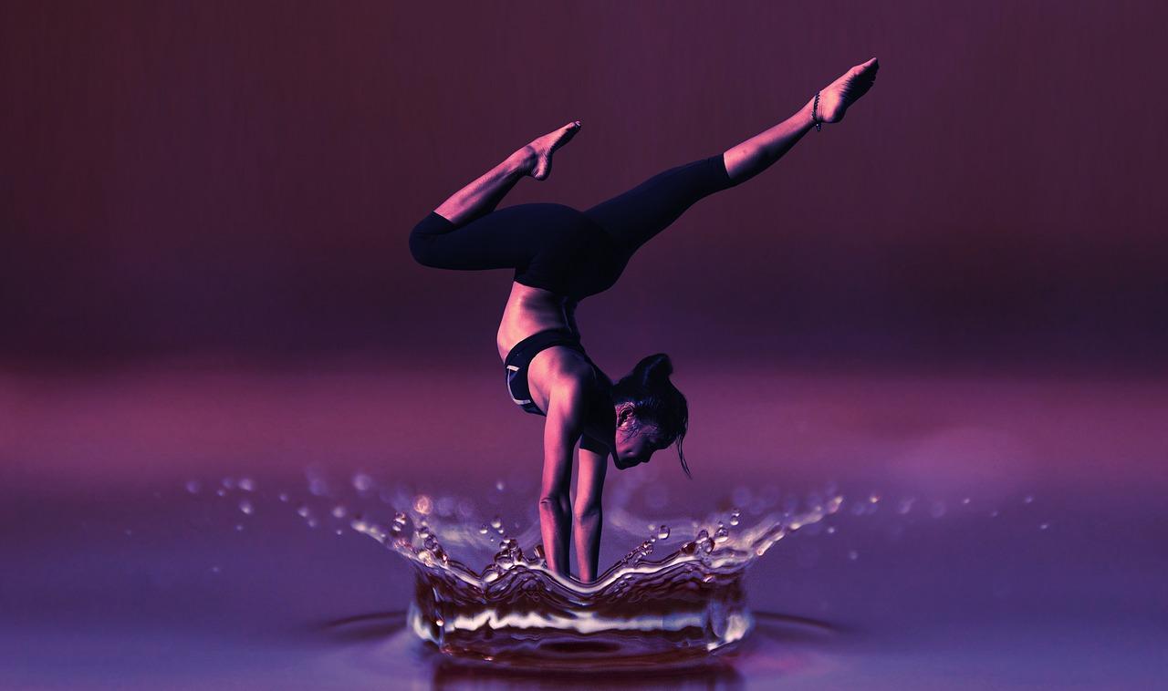 水面の上で踊る女性