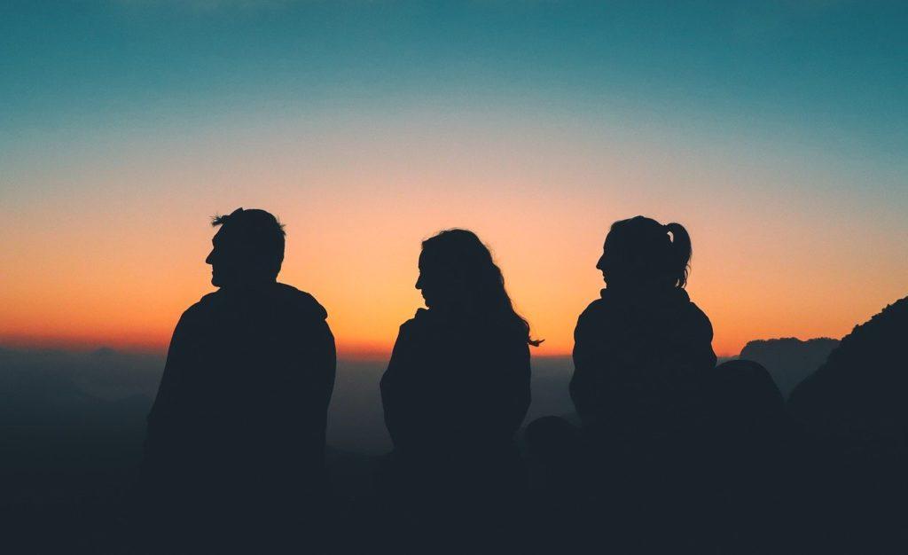 夕暮れを臨む三人の仲間たち