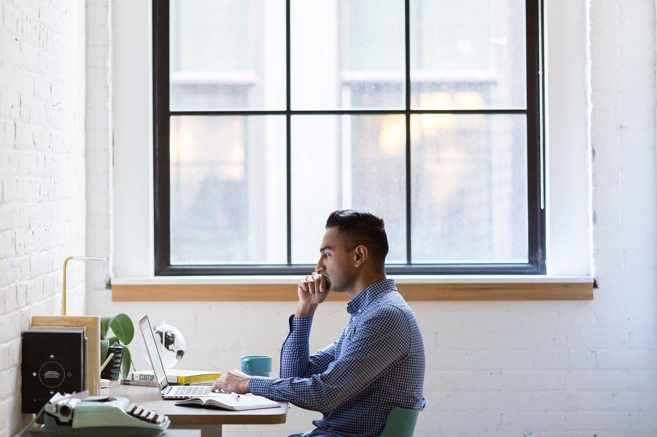 書斎で仕事をする男性