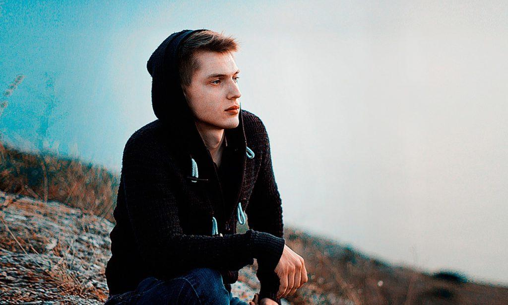 黄昏る若い男性