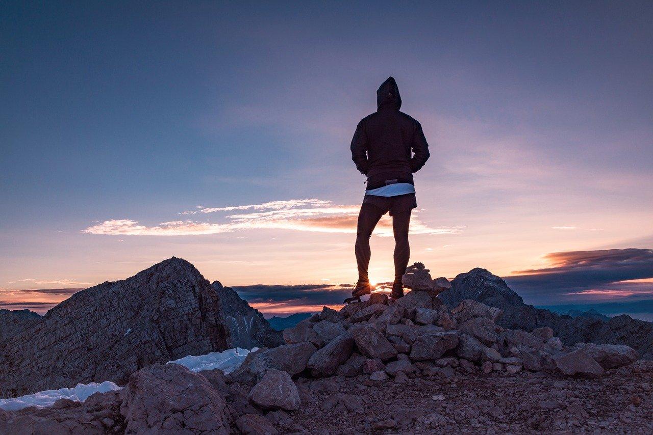 山頂から見渡す男性
