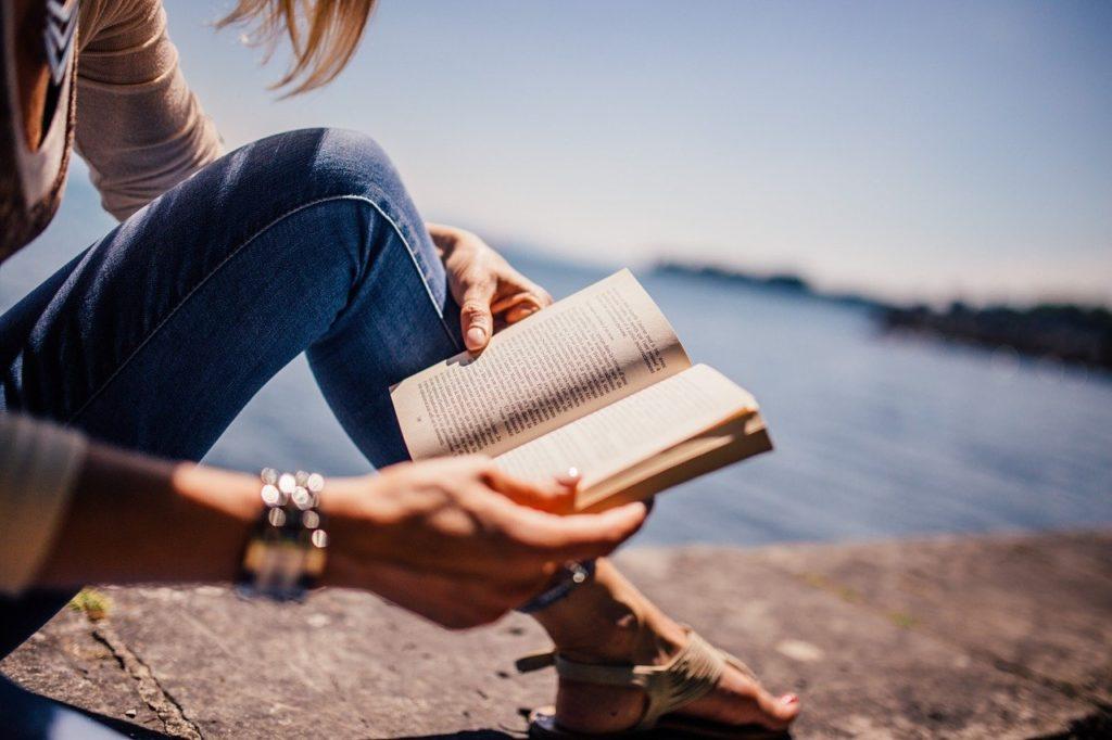 海岸で読書する女性