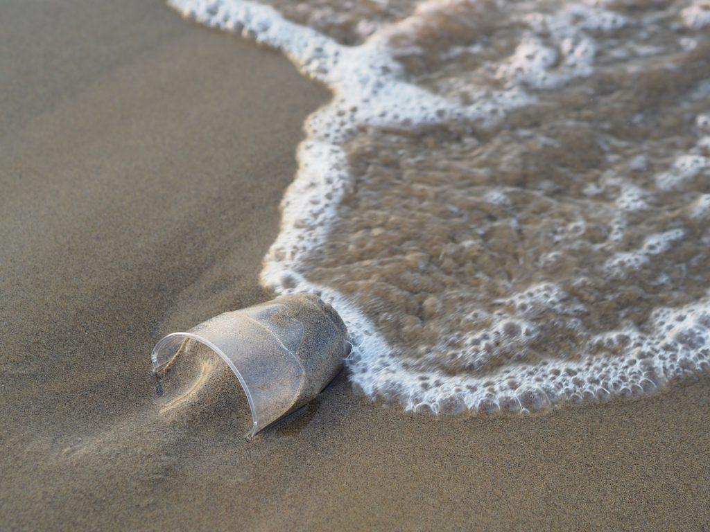 海辺に砂の入ったコップ