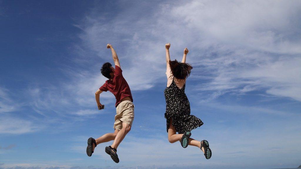 空高くジャンプする男女