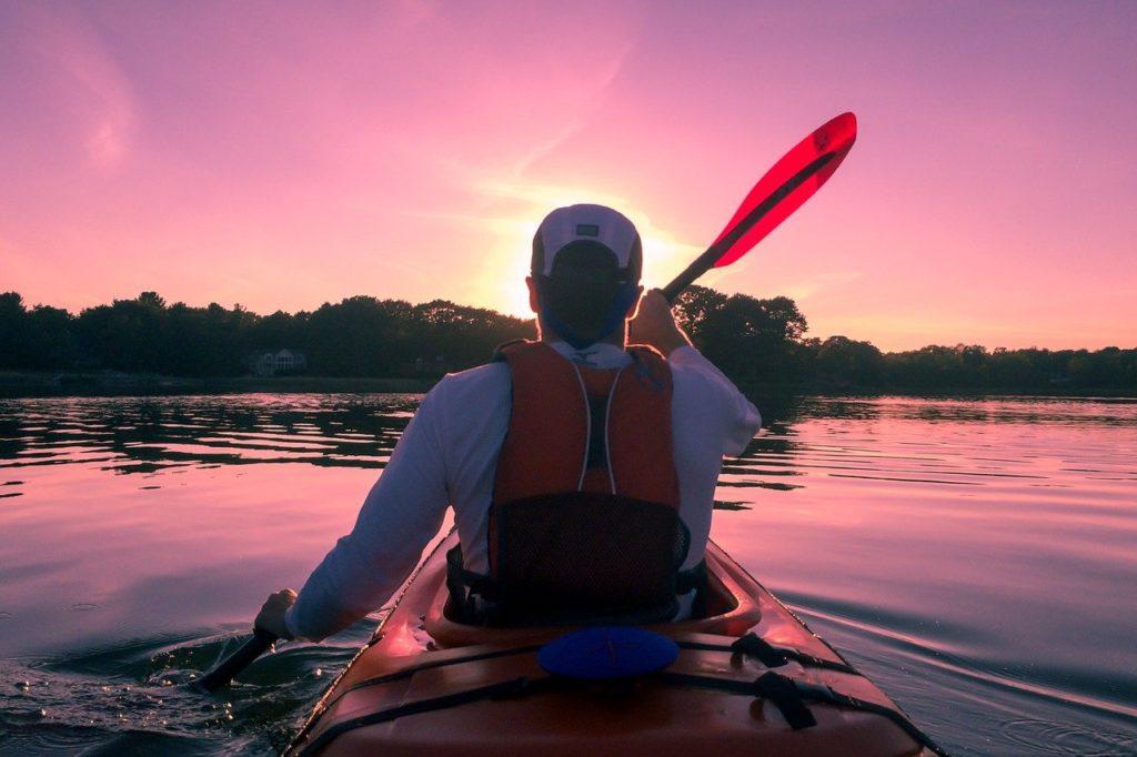 湖でボートを漕ぐ男性