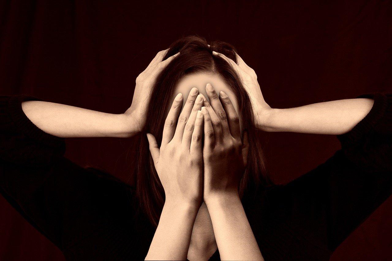 目と耳を覆う女性